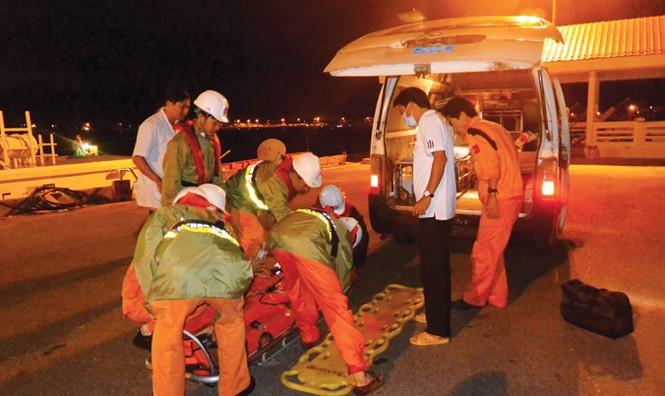 Blouse trắng cấp cứu trên biển Hoàng Sa - ảnh 2