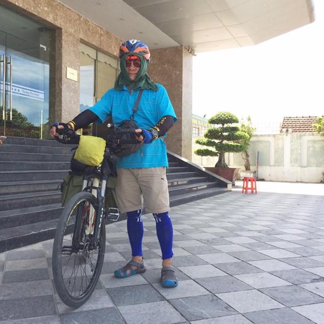 Nhà văn đạp xe xuyên Việt - ảnh 1