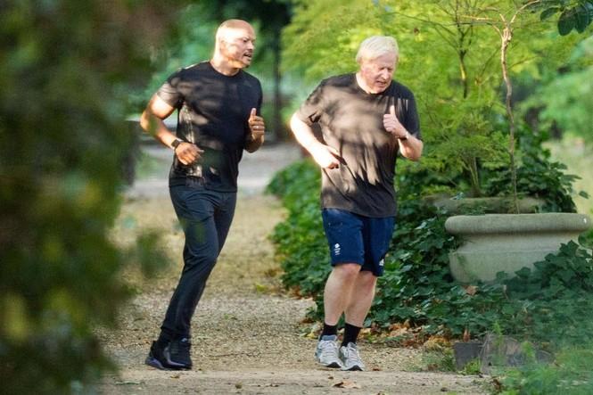 Thủ tướng Anh bị chỉ trích vì 'đạp xe hơn 10km' tập thể dục - ảnh 1