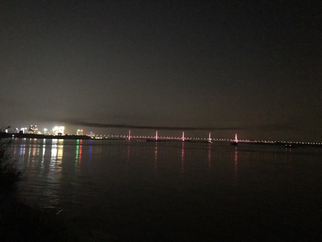 Kỳ lạ dải khói đen bao phủ dọc cầu Nhật Tân - ảnh 1