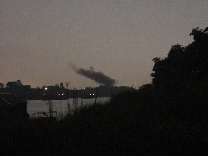 Kỳ lạ dải khói đen bao phủ dọc cầu Nhật Tân - ảnh 4