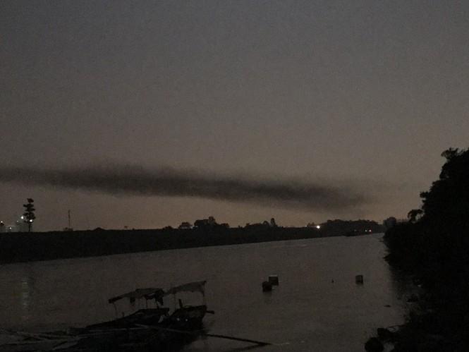 Kỳ lạ dải khói đen bao phủ dọc cầu Nhật Tân - ảnh 6