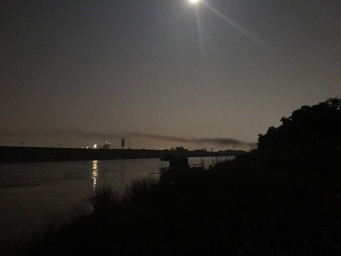 Kỳ lạ dải khói đen bao phủ dọc cầu Nhật Tân - ảnh 5