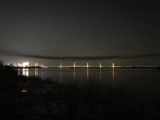 Kỳ lạ dải khói đen bao phủ dọc cầu Nhật Tân - ảnh 3