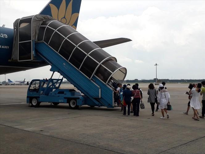 Sân bay Tân Sơn Nhất: Trong thông, ngoài vẫn tắc - ảnh 1