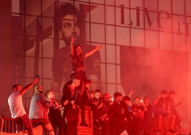 Anfield đỏ rực pháo hoa ngày Liverpool đón cúp vô địch - ảnh 12