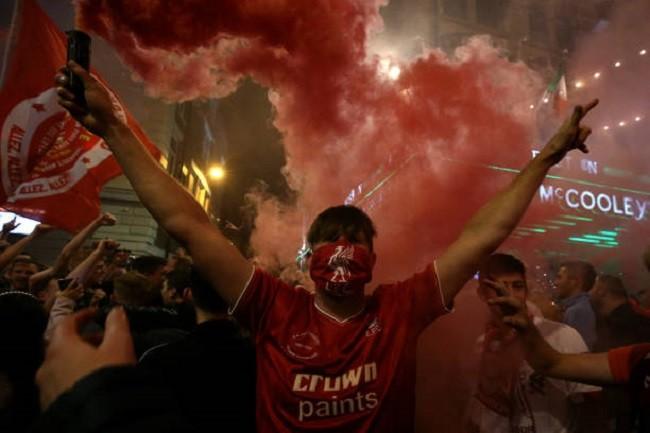 Anfield đỏ rực pháo hoa ngày Liverpool đón cúp vô địch - ảnh 13