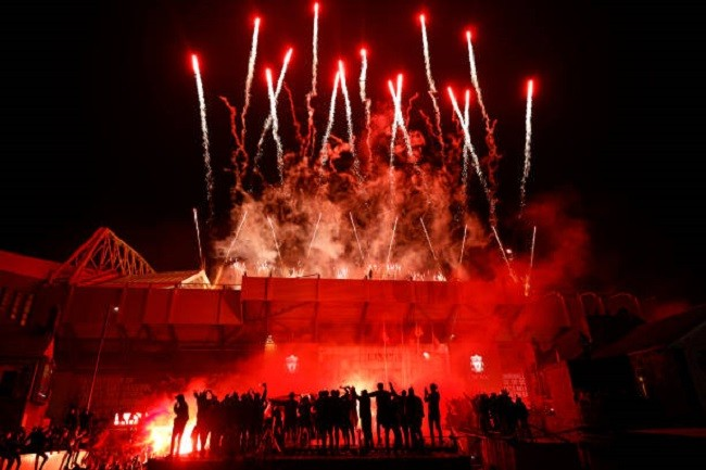 Anfield đỏ rực pháo hoa ngày Liverpool đón cúp vô địch - ảnh 6