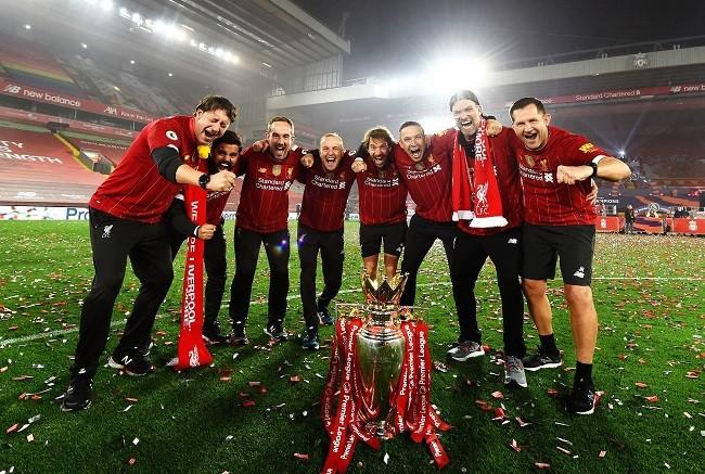 Anfield đỏ rực pháo hoa ngày Liverpool đón cúp vô địch - ảnh 7