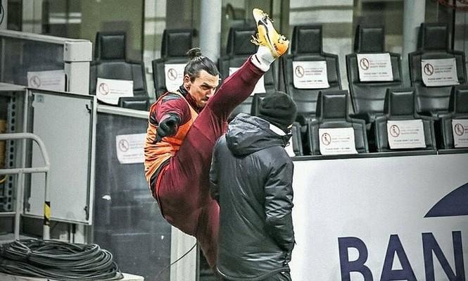 Khởi động theo cách của Ibrahimovic: Đá chân qua đầu HLV - ảnh 1