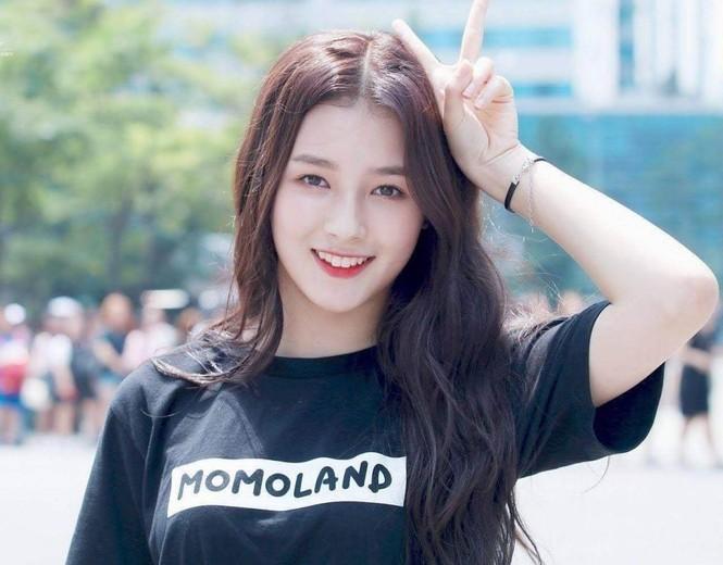 'Thiên thần lai' Hàn Quốc bị chụp trộm ảnh thay đồ khi dẫn sự kiện  - ảnh 2