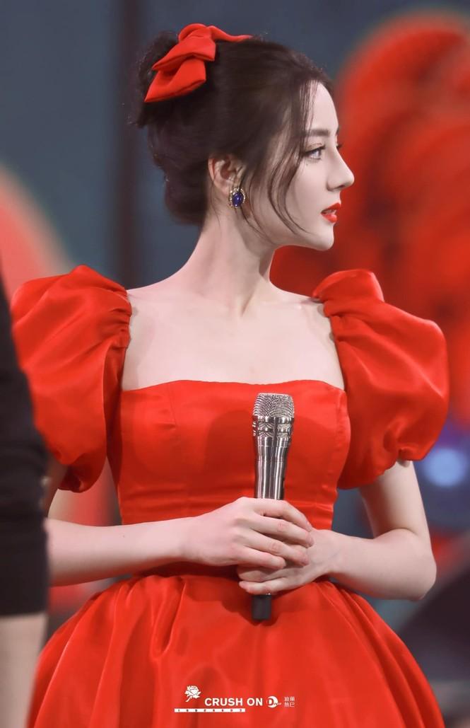 Địch Lệ Nhiệt Ba xinh như công chúa Bạch Tuyết, diện đầm đỏ rực đón xuân - ảnh 2