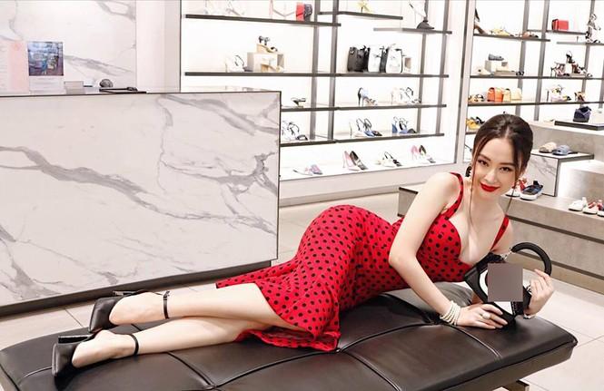 Angela Phương Trinh khoe ngực đầy quyến rũ với váy 2 dây xẻ sâu - ảnh 6