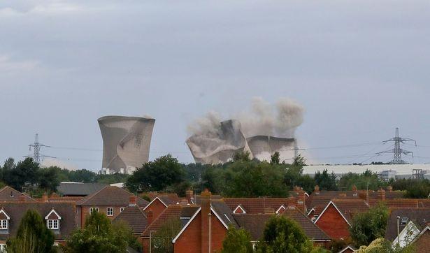 Người dân hoảng loạn khi 3 tháp nhiệt chọc trời của Anh sụp đổ trong 10 giây  - ảnh 7