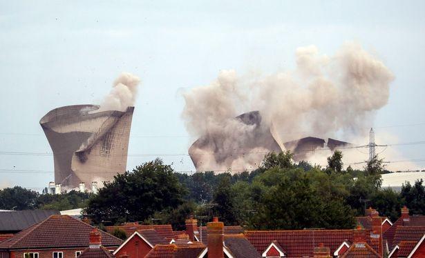 Người dân hoảng loạn khi 3 tháp nhiệt chọc trời của Anh sụp đổ trong 10 giây  - ảnh 3
