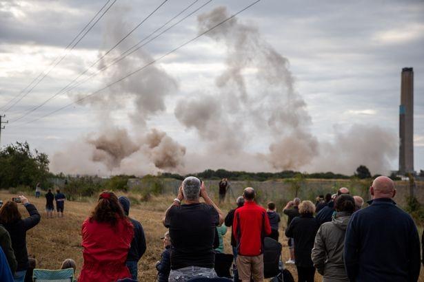 Người dân hoảng loạn khi 3 tháp nhiệt chọc trời của Anh sụp đổ trong 10 giây  - ảnh 9
