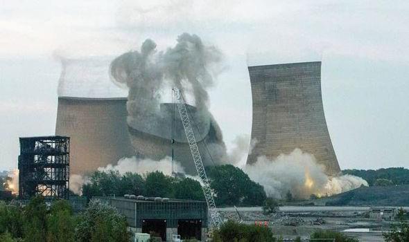 Người dân hoảng loạn khi 3 tháp nhiệt chọc trời của Anh sụp đổ trong 10 giây  - ảnh 2