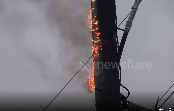 Người dân hoảng loạn khi 3 tháp nhiệt chọc trời của Anh sụp đổ trong 10 giây  - ảnh 6