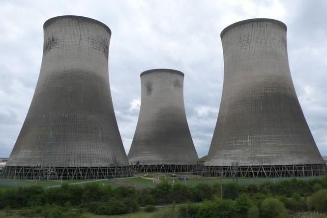 Người dân hoảng loạn khi 3 tháp nhiệt chọc trời của Anh sụp đổ trong 10 giây  - ảnh 1