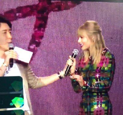 MC đình đám Trung Quốc bị dọa giết vì fan nghi ngờ đụng chạm người Taylor Swift - ảnh 1