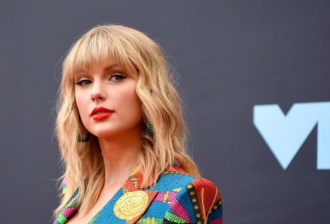 MC đình đám Trung Quốc bị dọa giết vì fan nghi ngờ đụng chạm người Taylor Swift - ảnh 5