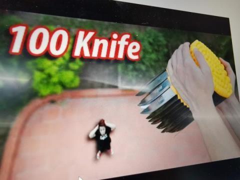 Phẫn nộ với video thả dao từ trên cao xuống của YouTuber nhiều sub nhất Việt Nam - ảnh 3