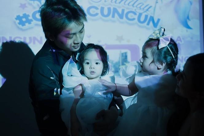 Dân mạng phát 'sốt' với gương mặt hai con gái của Hoài Lâm - ảnh 7