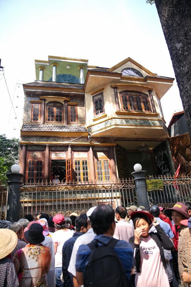 Hàng trăm người dân chen lấn trước cửa nhà Ngọc Sơn để được phát gạo và tiền - ảnh 1