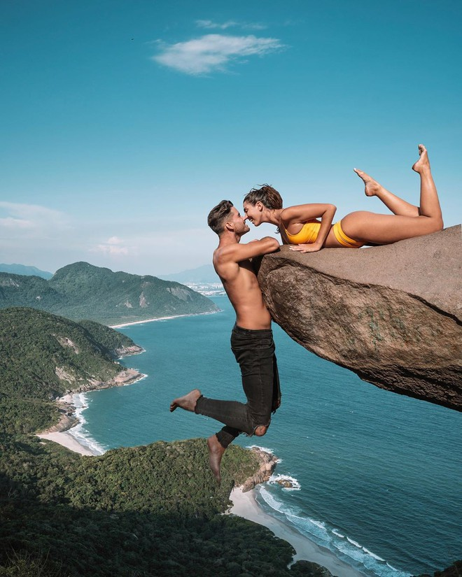 Đu người trên mỏm đá cao chụp ảnh mặc rủi ro, cặp blogger bị 'ném đá' dữ dội - ảnh 3