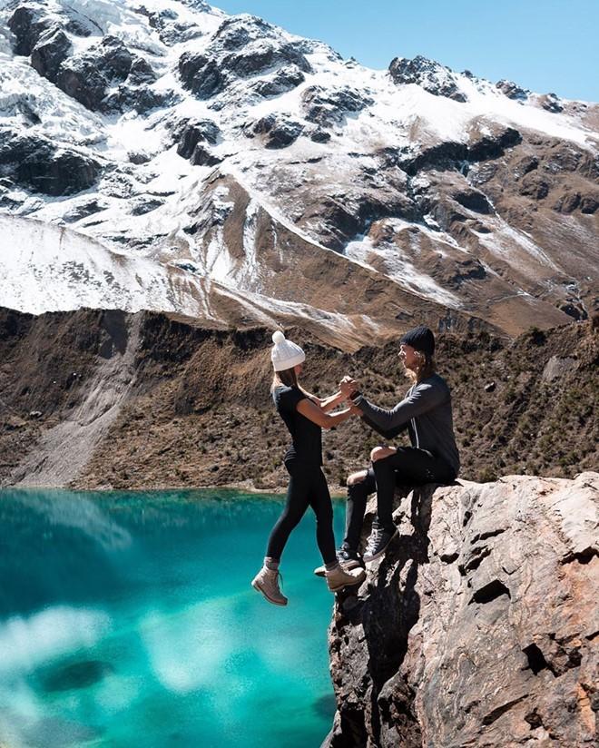 Đu người trên mỏm đá cao chụp ảnh mặc rủi ro, cặp blogger bị 'ném đá' dữ dội - ảnh 8