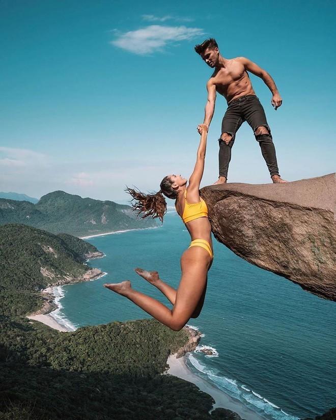Đu người trên mỏm đá cao chụp ảnh mặc rủi ro, cặp blogger bị 'ném đá' dữ dội - ảnh 2
