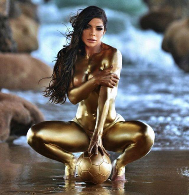 'Hoa hậu Siêu vòng 3' đăng ảnh bán nude mừng Messi giành Quả bóng Vàng - ảnh 2