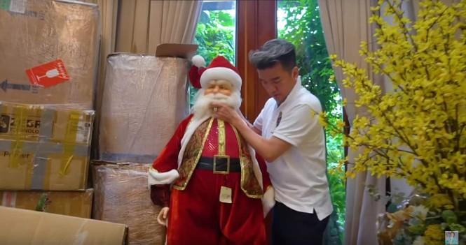 Đàm Vĩnh Hưng gây 'sốt' khi đeo bờm tuần lộc trang trí biệt thự đón Giáng sinh - ảnh 3