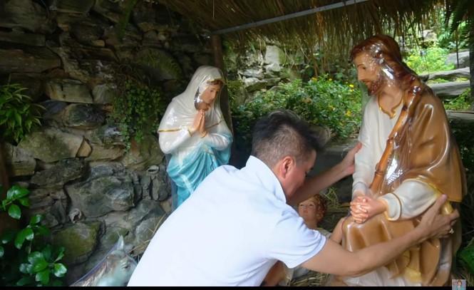 Đàm Vĩnh Hưng gây 'sốt' khi đeo bờm tuần lộc trang trí biệt thự đón Giáng sinh - ảnh 4