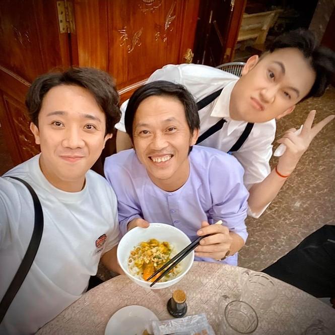 Đăng ảnh sinh nhật Hoài Linh 50 tuổi, Trấn Thành, Dương Triệu Vũ gây 'bão' mạng - ảnh 3