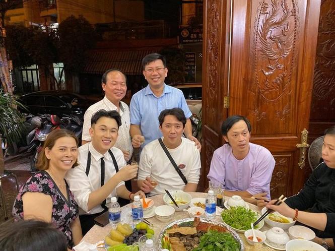 Đăng ảnh sinh nhật Hoài Linh 50 tuổi, Trấn Thành, Dương Triệu Vũ gây 'bão' mạng - ảnh 5