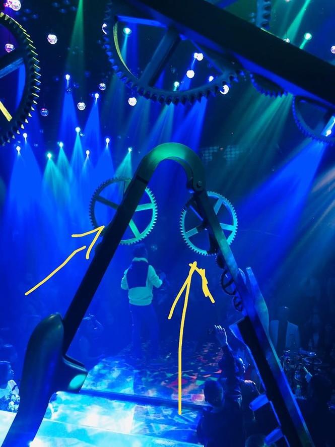Đàm Vĩnh Hưng gặp tai nạn trên sân khấu, phải vào viện băng bó đầu - ảnh 1