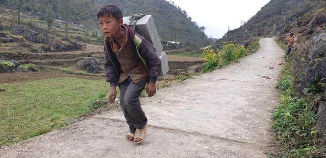 Cậu bé Hà Giang 12 tuổi cõng gạch cay kiếm 18.000 đồng/ngày được hỗ trợ hơn 40 triệu đồng - ảnh 1
