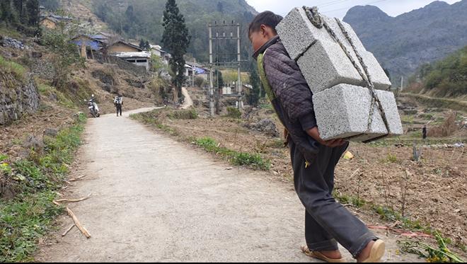 Cậu bé Hà Giang 12 tuổi cõng gạch cay kiếm 18.000 đồng/ngày được hỗ trợ hơn 40 triệu đồng - ảnh 2