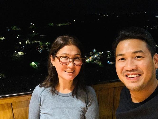 Lần đầu lộ diện mẹ chồng Tăng Thanh Hà - vợ đầu của ông Johnathan Hạnh Nguyễn  - ảnh 1