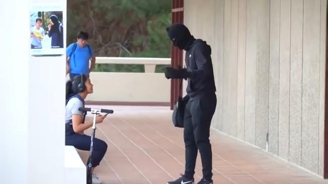 Hai YouTuber đình đám bắt vì dàn cảnh cướp ngân hàng để câu view - ảnh 1