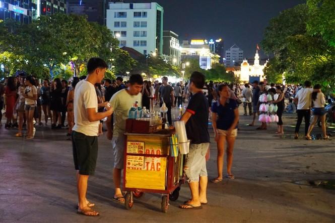 TP Hồ Chí Minh: 'Dẹp loạn' tại các phố  đi bộ - ảnh 1