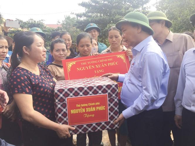 Thủ tướng thăm hỏi, động viên bà con vùng lũ - ảnh 1