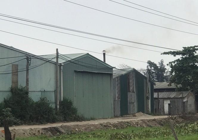 Cận cảnh nhà xưởng xả khói đen khét lẹt giữa khu dân cư Hà Nội - ảnh 3