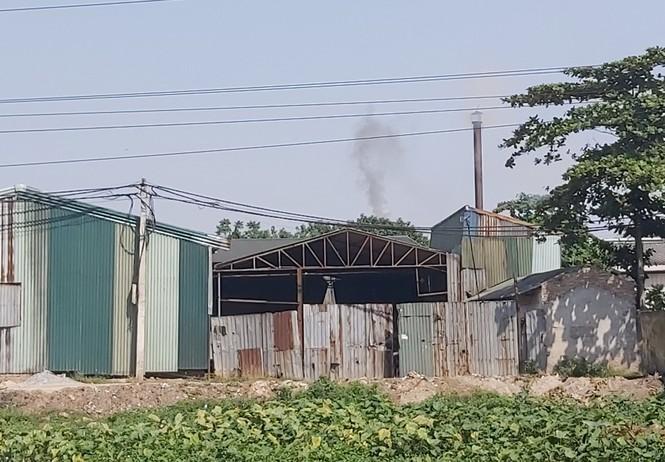 Cận cảnh nhà xưởng xả khói đen khét lẹt giữa khu dân cư Hà Nội - ảnh 2