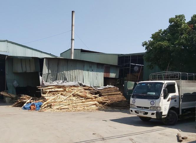 Cận cảnh nhà xưởng xả khói đen khét lẹt giữa khu dân cư Hà Nội - ảnh 4