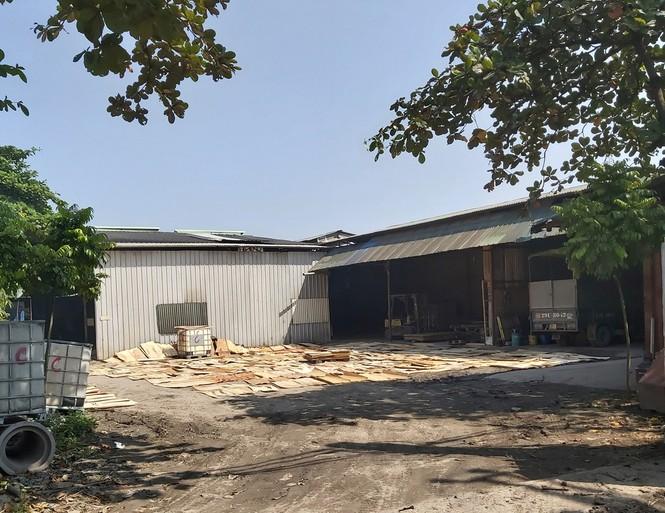Cận cảnh nhà xưởng xả khói đen khét lẹt giữa khu dân cư Hà Nội - ảnh 5
