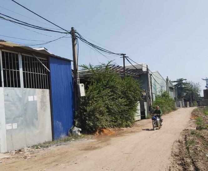 Cận cảnh nhà xưởng xả khói đen khét lẹt giữa khu dân cư Hà Nội - ảnh 1