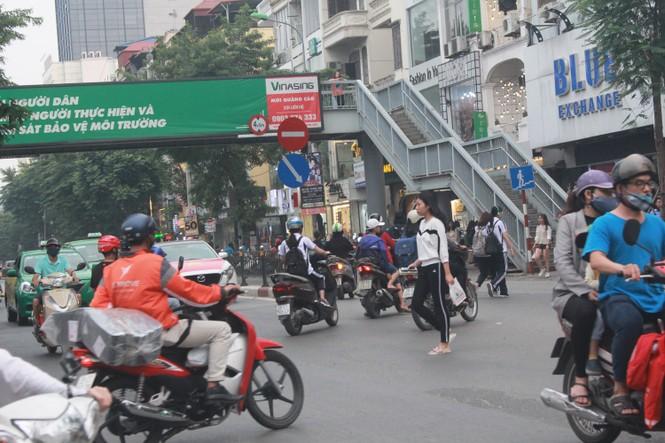 Nhiều cầu vượt 'tiền tỷ', người đi bộ vẫn bất chấp nguy hiểm băng qua đường - ảnh 7