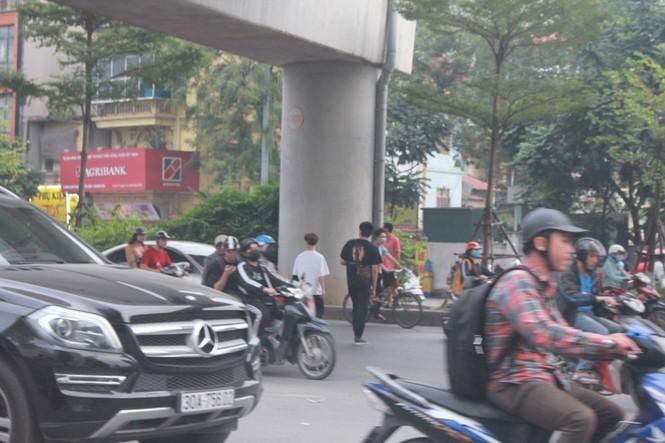 Nhiều cầu vượt 'tiền tỷ', người đi bộ vẫn bất chấp nguy hiểm băng qua đường - ảnh 8